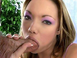 Video porno Une bonne sucette pour cette mignonne petite galinette !