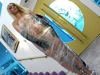 Annette Schwarz Docile, cette poupée gonflable blonde vous fait la totale ! 2