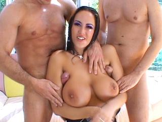 Un anus accueillant, de gros nibards laiteux, what else ? sexe