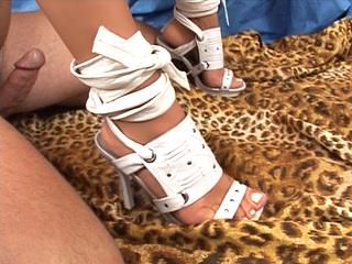 Patricia Petite : Elle sait faire jouir son mec avec ses pieds !