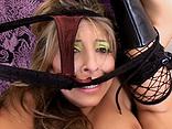 Telecharger video xxx : Avec sa tenue de pute, elle cherche à faire bander son mec !