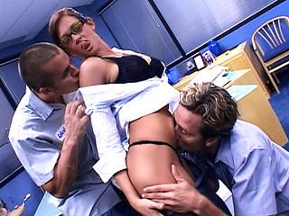 Sexe : Les 2 associés forment la secretaire aux dessous de table !