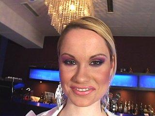 Téléchargement de Soirée légère et colorée au nightclub du coin.