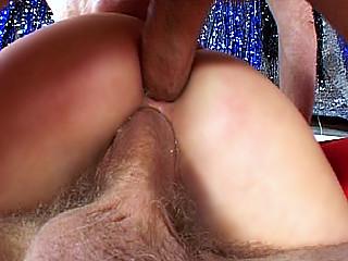Video porno Deux teubes montent à l'assaut d'une salope dans un garage !