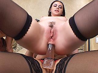 Deux salope aux gros seinss à enculer et une godeuse pour l'aider