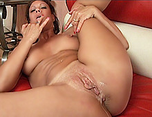 Insatisfaite par la zigounette de son mari, elle chasse le gros calibre !