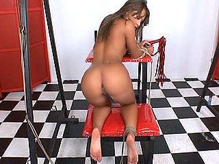 Sexe : Jeune effrontée sodomisée dans un donjon !