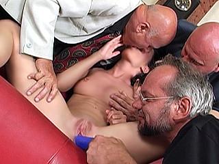 Téléchargement de Petite salope gang bangée par trois grands oncles !
