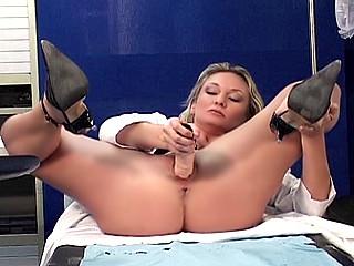 Infirmière mature se fait fister sa grosse chatte !