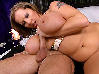 Femme mariée avec une poitrine énorme