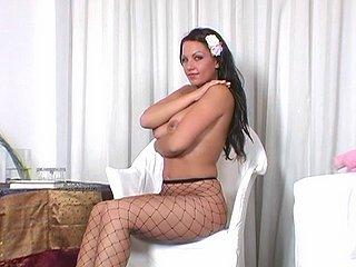 Exhib' assumée, elle nous tape un strip tease !