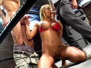 Sexe : Pouf dévergondée vient poser son cul sur un ring de boxe.