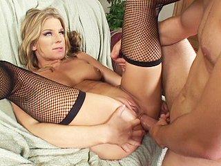 Video porno Pour son premier film X elle se fait enculer à sec.