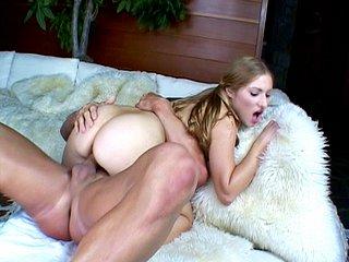 Video porno Nymphette se fait décoincer sa chatte toute lisse.
