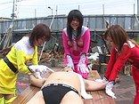 sexe Les biogirls punissent à leur façon un dangereux bandit !