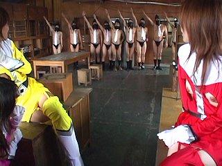 Sexe : Prises à partie par un gang, les biogirls doivent se soumettre à leur volonté !