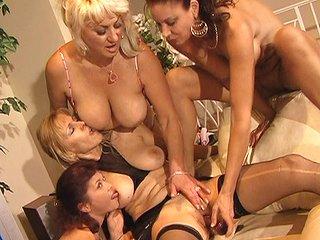 Tube Petite tea party entre quatre lesbos expérimentées !