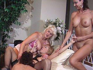 Film porno Petite tea party entre quatre lesbos expérimentées !