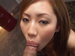 Sexe : Elle se fait gicler 10 fois sur la gueule par les potes de son mari !