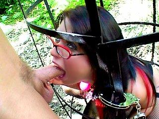 Sexe : Femme à lunettes étouffée par un gros dard !