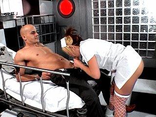 Une infirmière spécialisée en désanussage de toutes sortes !